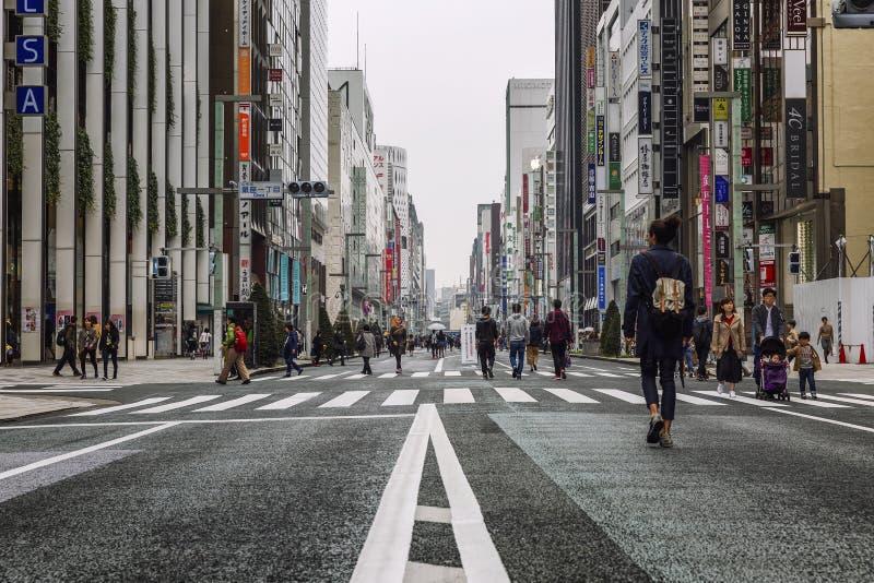 Tokyo, Japan, 04/08/2017: Leute gehen entlang Fußgängerstraße Ginza lizenzfreies stockbild