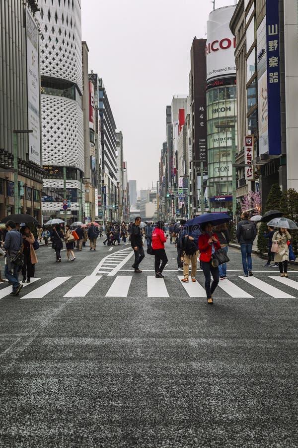 Tokyo, Japan, 04/08/2017: Leute gehen entlang Fu?g?ngerstra?e Ginza lizenzfreies stockfoto