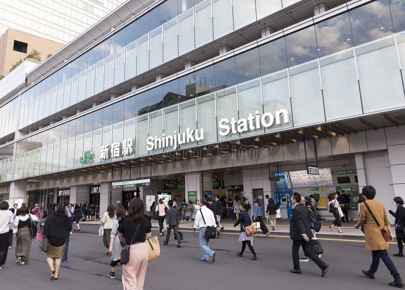 TOKYO JAPAN Maj 11, 2017: Enterance till den Shinjuku stationen i Tokyo royaltyfri fotografi