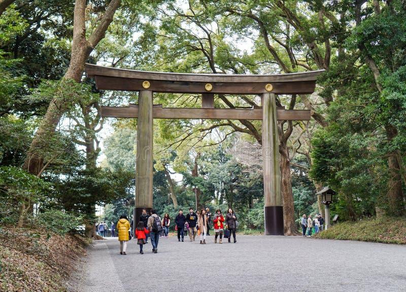Tokyo Japan - Mars 12 2016: Turister reser i meijijinguträdgård arkivbilder