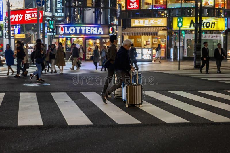 Tokyo, Japan, 04/08/2017: Nachtstraat van de metropool stock afbeeldingen