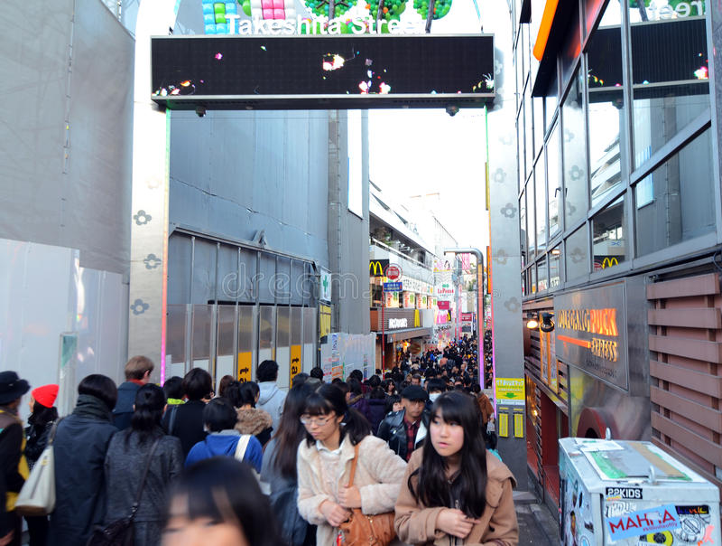 TOKYO, JAPAN - 24 NOV.: Menigte bij Takeshita-straat Harajuku op Nr royalty-vrije stock foto's