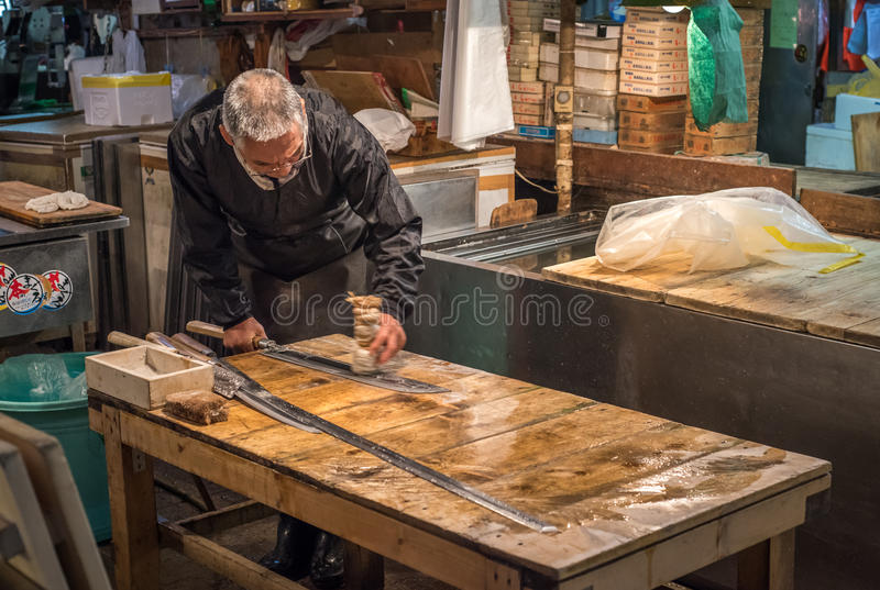 TOKYO, JAPAN - November, 22, 2014: Alter japanischer Mann mit Messer stockbild