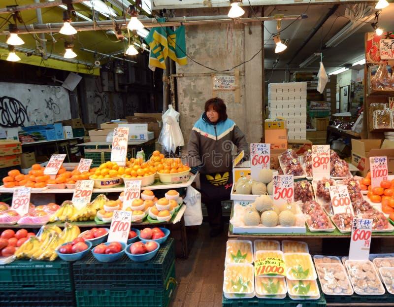 TOKYO JAPAN NOVEMBER 22, 2013: Ameyoko är marknadsgatan, som royaltyfria bilder