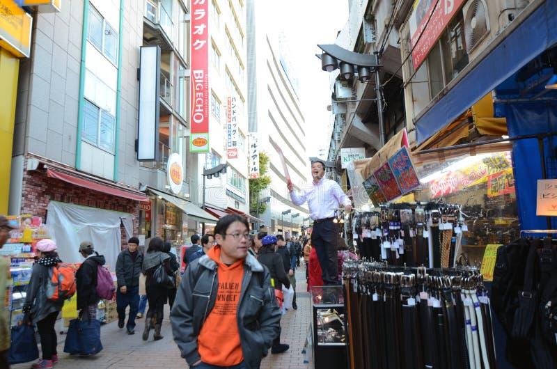 TOKYO JAPAN NOVEMBER 22, 2013: Ameyoko är marknadsgatan, som arkivfoto
