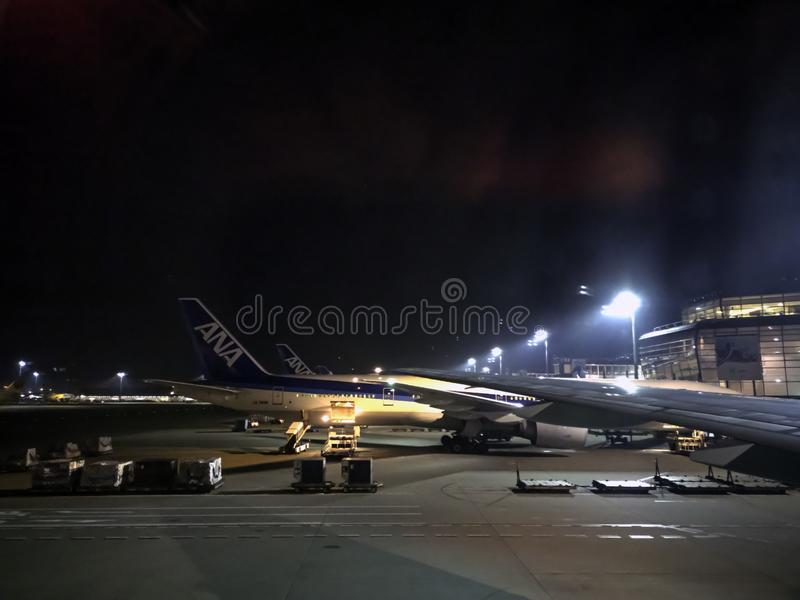 TOKYO, JAPAN - 05 NOVEMBER 2018 ANAluchtvaartlijnen of ANAvliegtuig bij Haneda Internationale Luchthaven In de Gele hemel van de  stock afbeeldingen