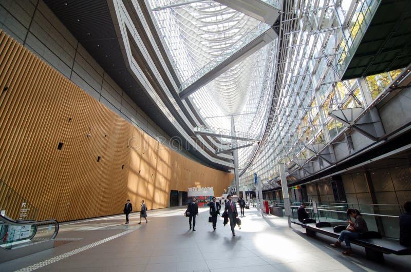 Tokyo, Japan - November 26, 2013: De mensen bezoeken het Internationale forum van Tokyo stock afbeelding