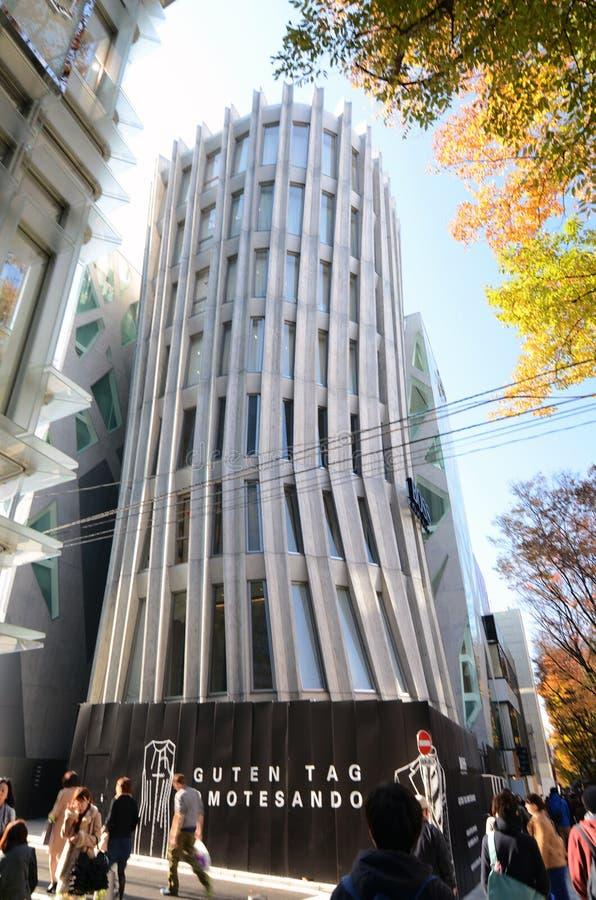Tokyo, Japan - November 24, 2013: De mensen lopen door Futuristische Architectuur op Omotesando-Straat royalty-vrije stock fotografie