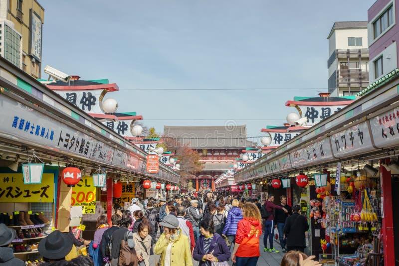 TOKYO, JAPAN - 24 November 2015: De toeristen lopen op Nakamise Dori stock afbeeldingen