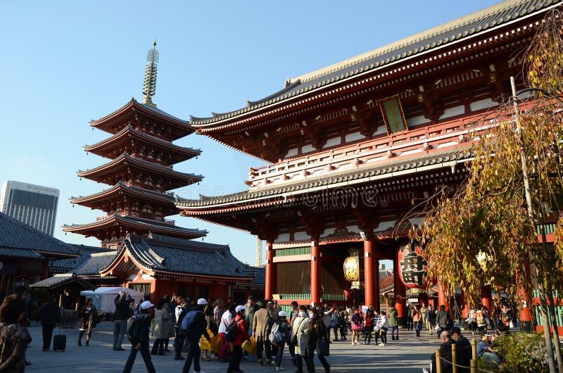 TOKYO JAPAN - NOVEMBER 21: Den buddistiska templet Senso-ji är symbolet av Asakusa arkivbilder