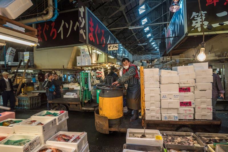TOKYO, JAPAN - November, 22, 2014: Ein Mann, der taretto, motori fährt lizenzfreies stockfoto