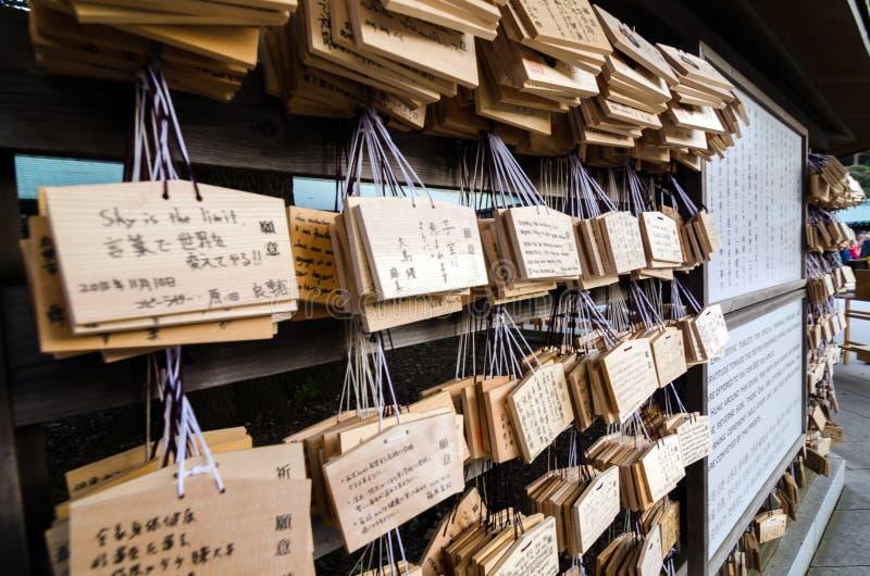 TOKYO JAPAN - NOVEMBER 23, 2013: Ema Plaques är träminnestavlor för en bön på en Meiji Jingu Shrine royaltyfri fotografi
