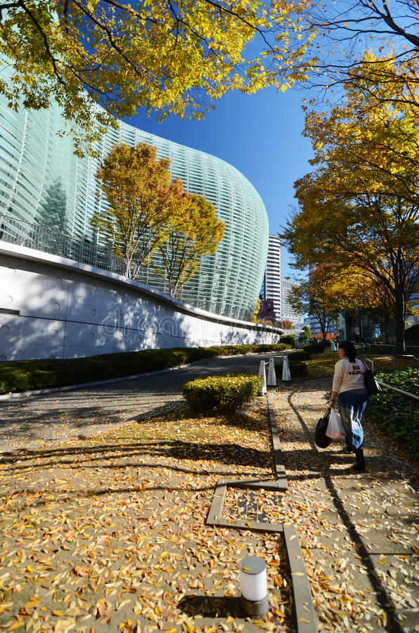 Tokyo Japan - November 23, 2013: Folkbesökmedborgare Art Center i Tokyo royaltyfria foton
