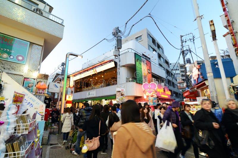 Tokyo, Japan - November 24, 2013: Menigte bij Takeshita-straat Harajuku royalty-vrije stock afbeelding