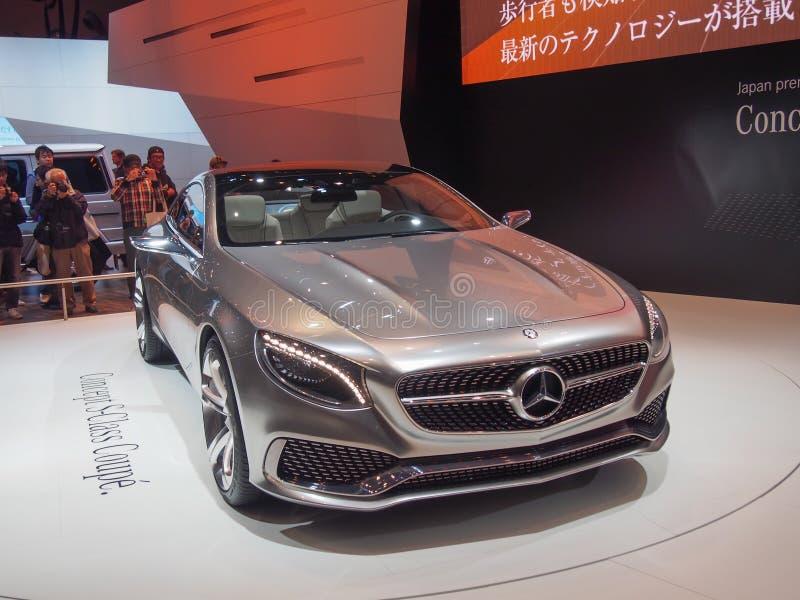 TOKYO, JAPAN - 23. November 2013: Neues S-klassecoupé am Stand von Mercedes-Benz stockfotografie