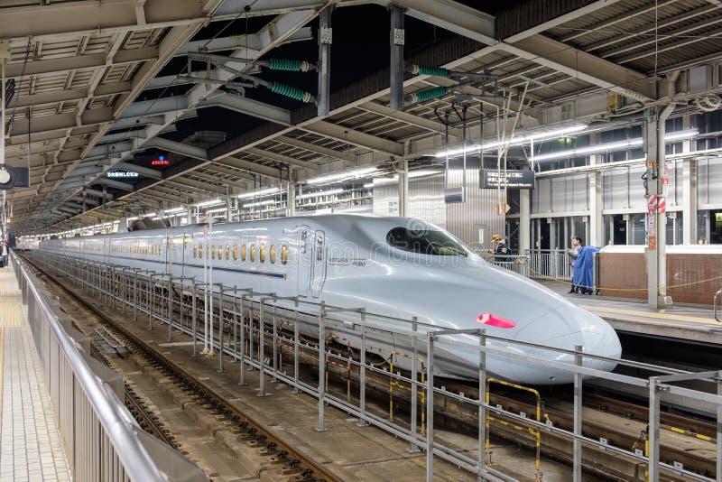 Tokyo Japan - November 10 2017: Parkerade det moderna drevet för den Shinkansen kulan väntanpassagerare i station royaltyfria bilder