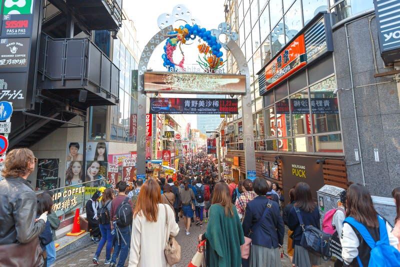 TOKYO JAPAN - NOVEMBER 20, 2016 parkerar den shoppa gatan på den Takeshita gatan nära Meijijingu/Yoyogi, en viktig turist- dragni fotografering för bildbyråer