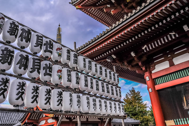 TOKYO, JAPAN - NOVEMBER 2015: Reeks Japanse die lantaarns in tempel Senso -senso-ji bij Asakusa-gebied, Tokyo, Japan wordt gevest stock foto