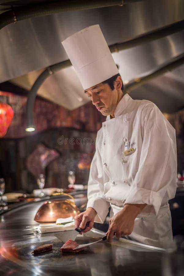 TOKYO, JAPAN - November, 30, 2014: Rundvlees van chef-kok het kokende wagyu royalty-vrije stock foto's