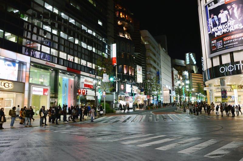 TOKYO JAPAN - NOVEMBER 28: Shibuya är bekant som ett ungdommode fotografering för bildbyråer