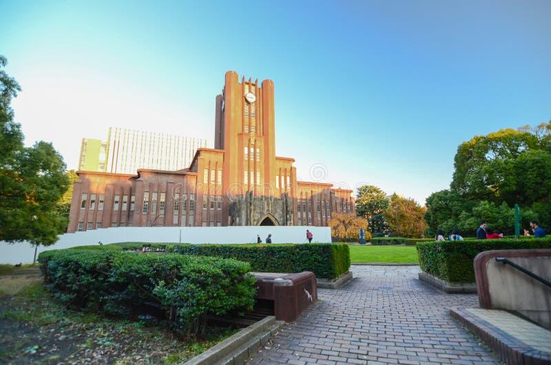 Tokyo, Japan - November 22, 2013: Studenten bij Yasuda-auditorium van de Universiteit van Tokyo stock afbeeldingen