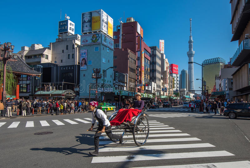 TOKYO, JAPAN - November, 23, 2014: Tokyo-Besichtigung durch Rikscha stockfotos