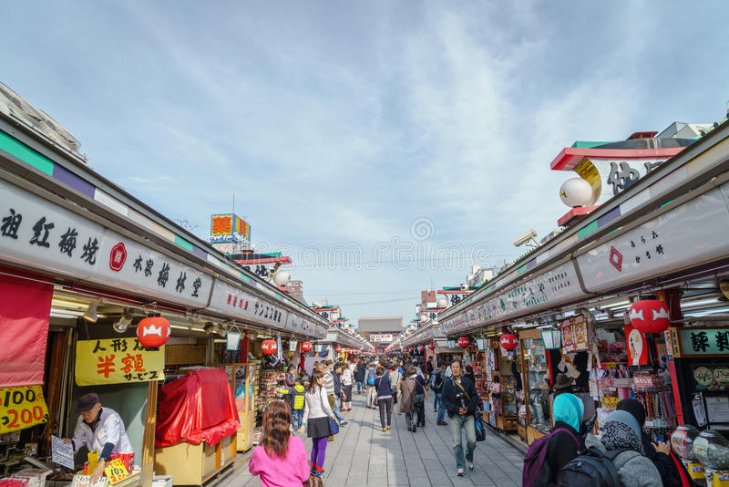 TOKYO JAPAN - 24 November 2015: Turister går på Nakamise Dori arkivbild