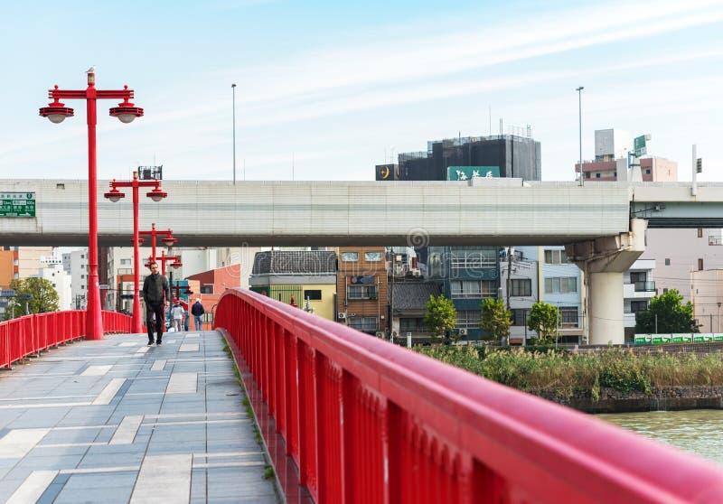 TOKYO, JAPAN - 31. OKTOBER 2017: Ansicht der roten Brücke in der Mitte der Stadt Kopieren Sie Raum für Text stockbild