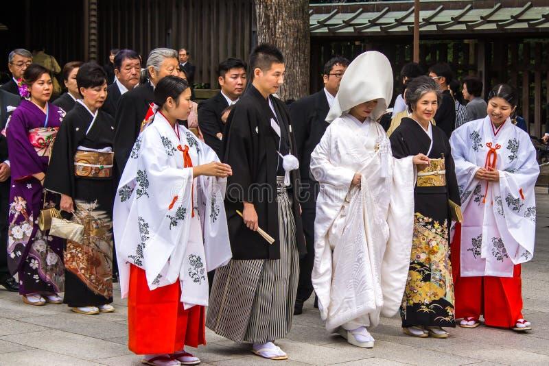 TOKYO JAPAN - OKTOBER 10, 2015: Beröm av en typisk Shinto arkivbilder