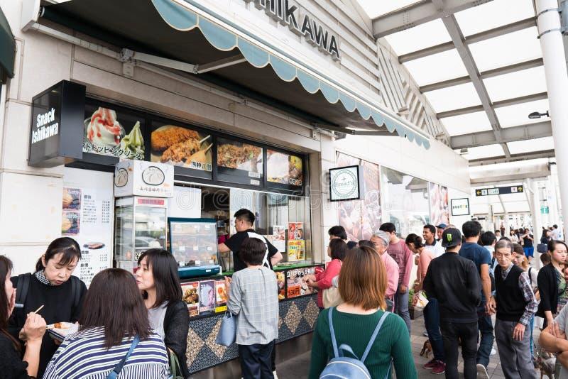 Tokyo, Japan - 6. Oktober 2018: am Busbahnhof voll von den Leuten, die versuchen, etwas Nahrungsmittel für ihre Reise zum Fujisan stockfoto
