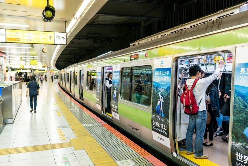 Tokyo, Japan, Oktober 2017: De metropost en trein van Tokyo peop stock foto