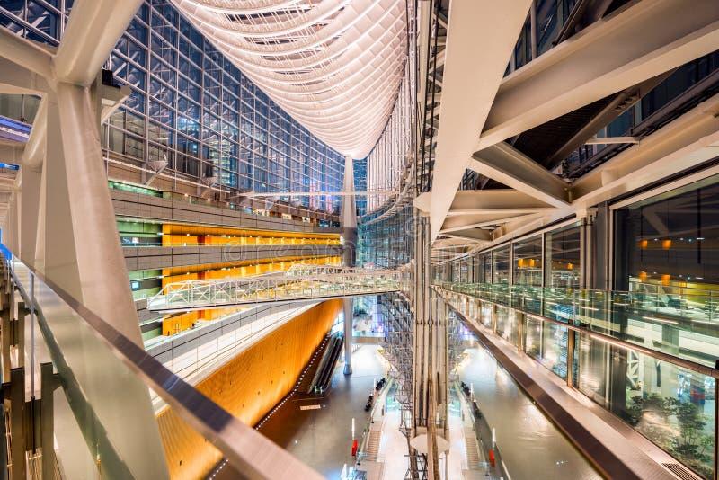 Tokyo Japan - Oktober 17, 2016: Den offentliga korridoren av det Tokyo Internationalforumet Denna moderna byggnad har planlagts a royaltyfri bild