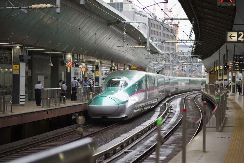 Tokyo Japan - Oktober 3, 2016: E5 serie Shinkansen på den Tokyo stationen royaltyfri bild