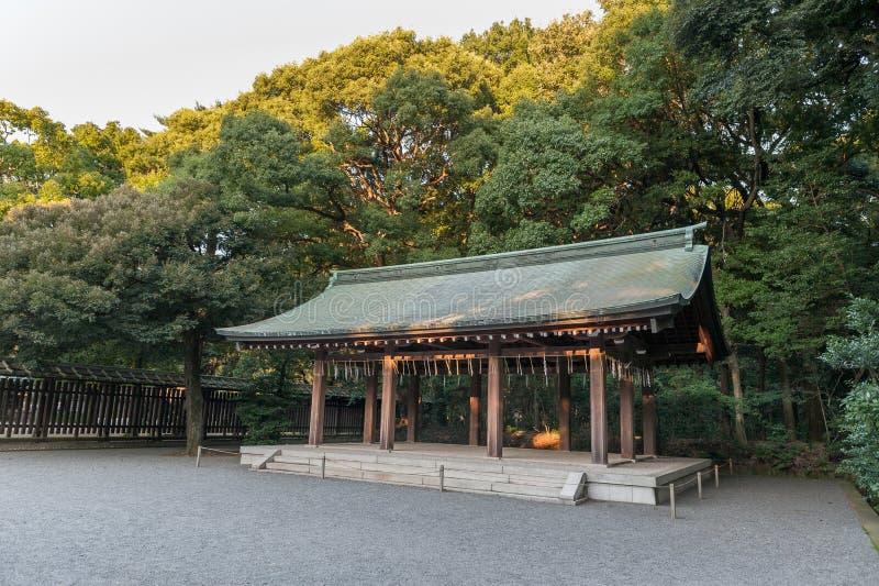 TOKYO, JAPAN - OKTOBER 07, 2015: KeizerdieMeiji Shrine Garden in Shibuya, het heiligdom van Tokyo wordt gevestigd dat aan vergodd stock foto