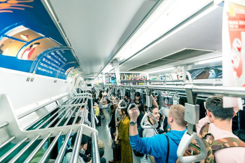Tokyo, Japan, Oktober 2017: Mensen op metro in de Stad van Tokyo royalty-vrije stock foto's