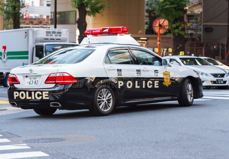 TOKYO, JAPAN - OKTOBER 31, 2017: Politiewagen op stadsstraat exemplaar stock foto's