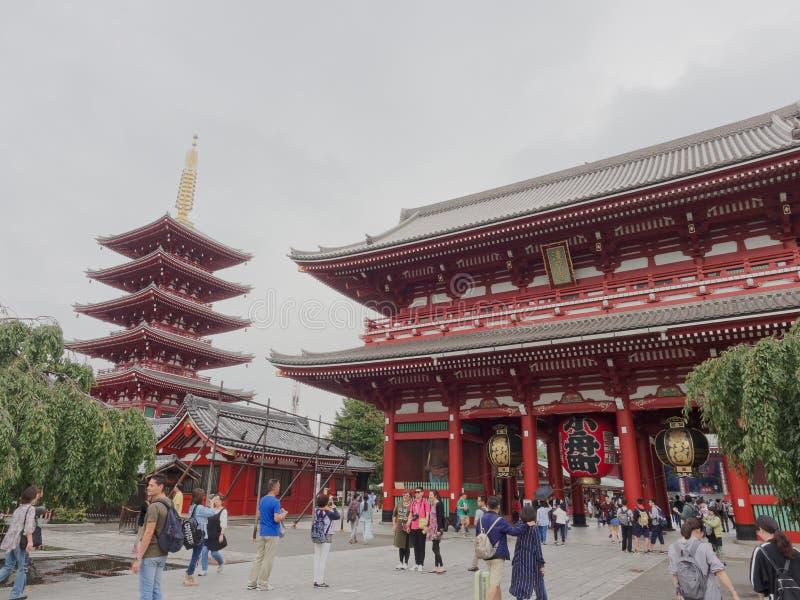 TOKYO JAPAN - SEPTEMBER 28, 2017: Hozomon port för skatthus, med storied pagod 5 på bakgrunden i Asakusa royaltyfria bilder