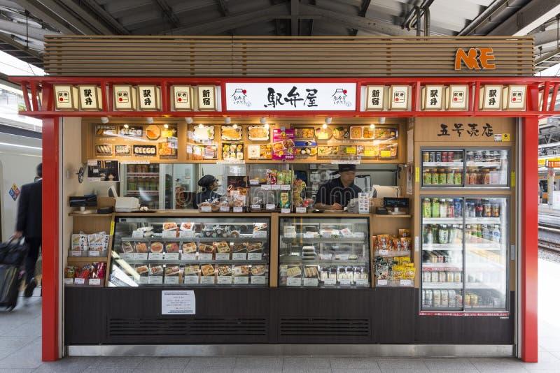 Tokyo Japan - September 30, 2016: Japansk stall för lunchask på en plattform av den Shinjuku stationen royaltyfri fotografi
