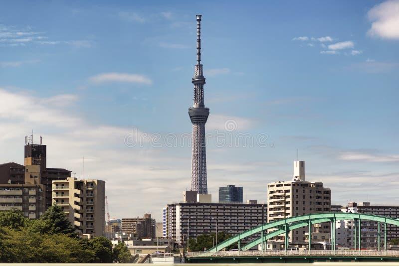Tokyo Japan - September 30, 2016: Tokyo Skytree som ses från Narita uttrycklig fönsterplats royaltyfria bilder
