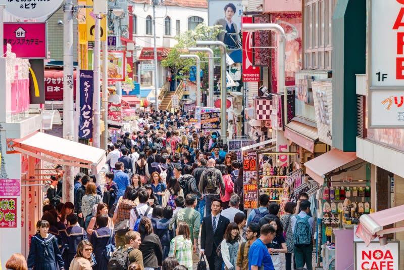 TOKYO JAPAN: Takeshita gata (Takeshita Dori) I arkivbild