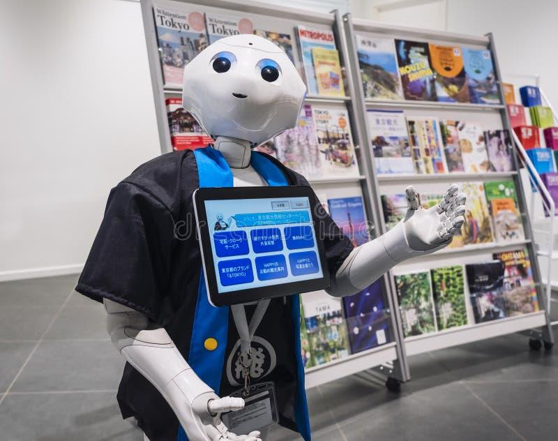 TOKYO, JAPON - 13 AVRIL 2018 : Assistant de robot de poivre avec l'écran de l'information photographie stock