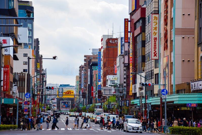 Tokyo, Japon 23 avril 2016 : Les gens traversent la route dans Asakusa photos stock