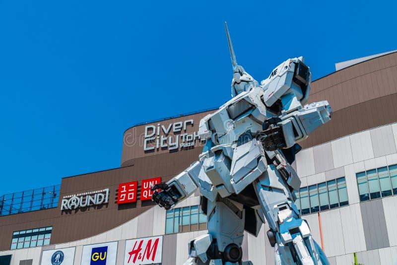 TOKYO JAPON - 1ER AOÛT 2018 : Belle position géante d'Unicorn Gundam Model et de statue à l'avant des achats de Tokyo de plaza de photographie stock libre de droits