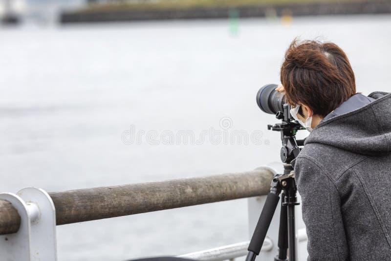 Tokyo, Japon, 04/08/2017 Homme asiatique prenant des photos sur la rue photo libre de droits