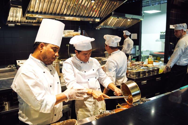 Tokyo, Japon - 9 janvier 2018 : les chefs japonais font cuire dans le restaurant le casse-croûte japonais délicieux le plus popul photographie stock libre de droits
