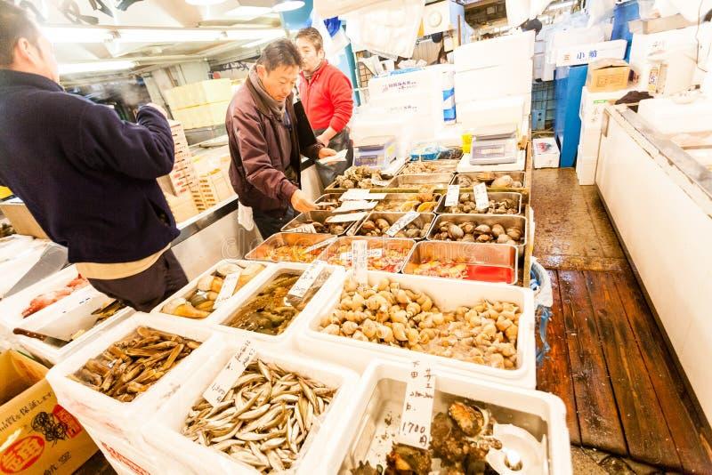 Tokyo, Japon - 15 janvier 2010 : Les premiers clients achètent le poisson frais au début de la matinée sur la poissonnerie de Tsu images libres de droits