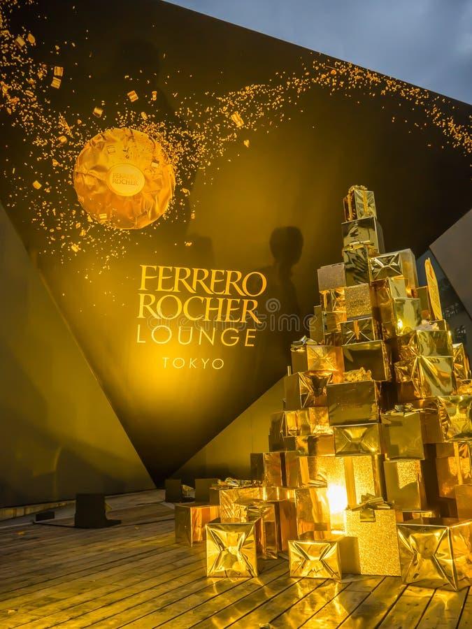 Tokyo, Japon - 26 juillet 2017 : Fermez-vous d'une belle tour des gifs d'or de présents, au sujet du chocolat de rocher de ferrer photos stock
