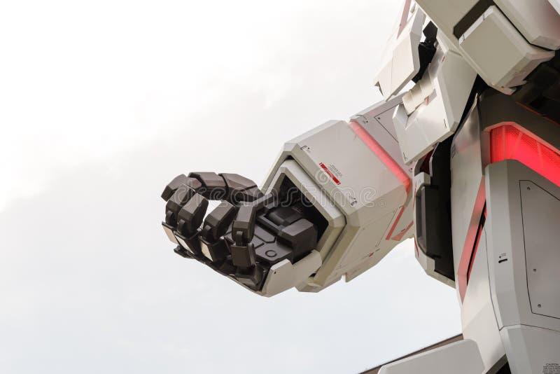 Tokyo, Japon - juillet 2018 : Main de la Vrai-taille d'Unicorn Gundam RX-0 se tenant devant le bâtiment de City Tokyo Plaza de pl image stock