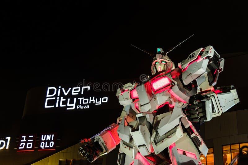 Tokyo, Japon - juillet 2018 : Vrai-taille d'Unicorn Gundam RX-0 se tenant devant le buildin de City Tokyo Plaza de plongeur photos stock