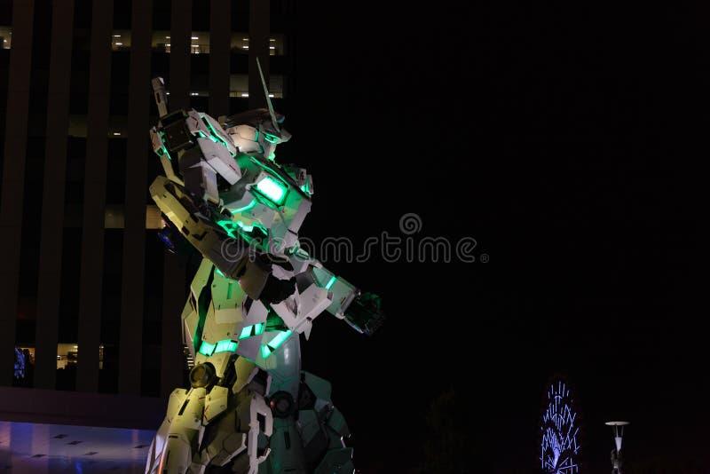 Tokyo, Japon - juillet 2018 : Vrai-taille d'Unicorn Gundam RX-0 se tenant devant le buildin de City Tokyo Plaza de plongeur photo stock